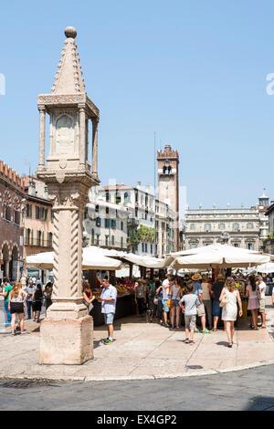 VERONA, Italien - Juni 3: Touristen an der Piazza Delle Erbe in der Altstadt von Verona, Italien am 3. Juni 2015. - Stockfoto