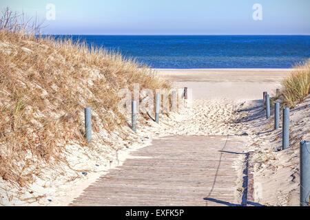 Hölzerne Sandweg zum Strand. - Stockfoto