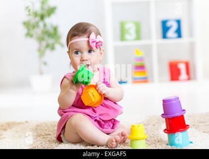 Kind Kind Mädchen spielen auf Stock zu Hause oder im kindergarten - Stockfoto