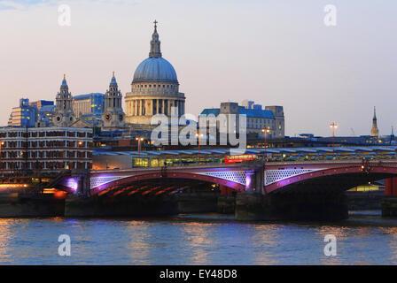 Blackfriars Railway Bridge, vor St. Pauls Kathedrale, über die Themse, in der Dämmerung, in London, Großbritannien - Stockfoto
