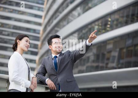 Unternehmer zeigen und betrachten - Stockfoto
