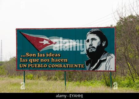 Revolution-Plakat von jungen Fidel Castro, die besagt, dass Ideen uns eine kämpfende Nation machen - Stockfoto