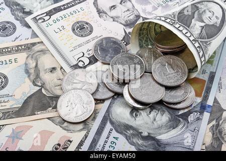 US-Dollar-Banknoten und-Münzen mit Fokus auf ein Viertel-Dollar-Münze. - Stockfoto
