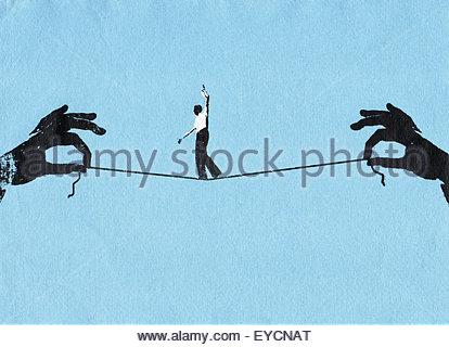 Geschäftsmann Gratwanderung auf Zeichenfolge zwischen zwei Händen - Stockfoto