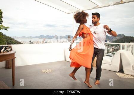 Paare tanzen auf Terrasse, Zuckerhut im Hintergrund, Rio, Brasilien - Stockfoto