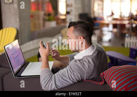 Trendige Mann arbeitet in Start-up-Büro - Stockfoto