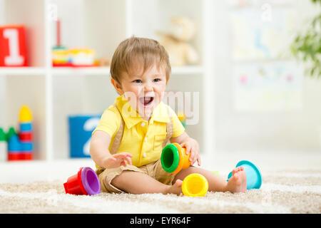 kleine Mädchen spielen am Boden zu Hause oder im kindergarten - Stockfoto