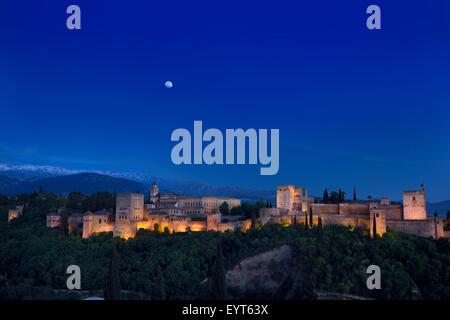 Mondaufgang über beleuchtete Alhambra Palast Komplex Granada in der Dämmerung mit Berge der Sierra Nevada Spanien - Stockfoto