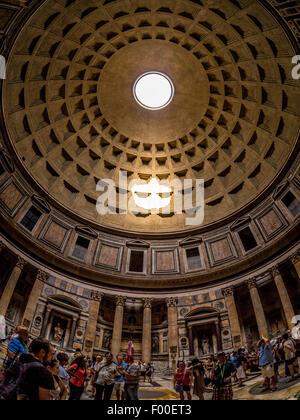Fisheye-Objektiv Schuss von Oculus und Innere des Pantheon. Antike römische Tempel. Jetzt eine christliche Kirche. - Stockfoto