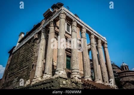 Der Tempel des Antoninus und der Faustina ist ein antiker römischer Tempel in Rom, beherbergt die Kirche von San - Stockfoto