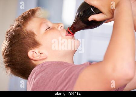 Nahaufnahme eines jungen aus Flasche Soda trinken - Stockfoto