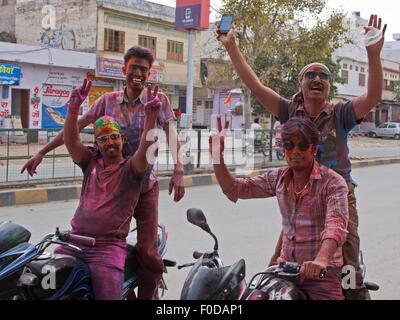 Nachtschwärmer in Udaipur feiert das jährliche hinduistische Festival der Farben auch bekannt als Holi. Es ist auch - Stockfoto