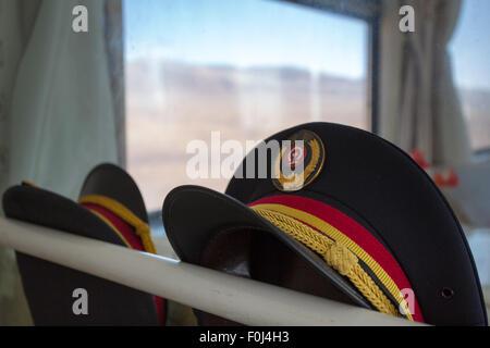 Zwei Uniform-Hüte in der Bahn-Lhasa - Shanghai.  China, 2013 - Stockfoto