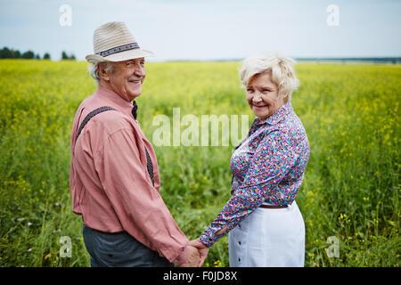Glücklich hält mit den Händen im Bereich Senioren - Stockfoto