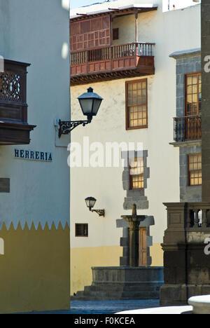 Alte Stadt Las Palmas Straßenszene mit typischen Balkonen und kanarischer Architektur Vegueta Las Palmas de Gran - Stockfoto