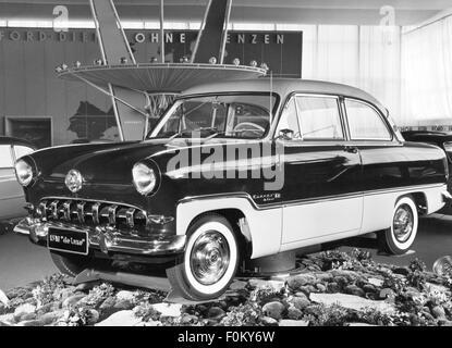 Verkehr/Transport, Auto, Fahrzeug Varianten, Ford Taunus 15M de Luxe, im Verkaufsraum, Ansicht von vorn links, 1950er - Stockfoto