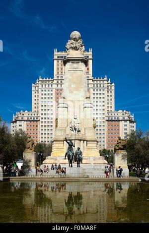Das Cervantes-Denkmal und das Edificio España in der Plaza de España, Madrid, Spanien. - Stockfoto