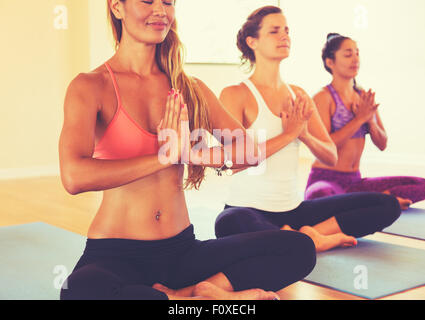Gruppe von Menschen, die Entspannung und Meditation im Yoga-Kurs. Wellness und gesunde Lebensweise. - Stockfoto
