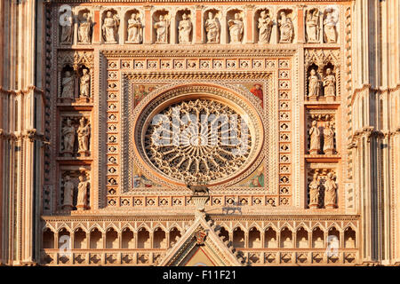 Detail der Fassade, die Kathedrale Santa Maria, Orvieto, Umbrien, Italien - Stockfoto
