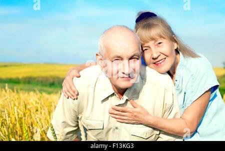 älteres Ehepaar im Freien auf dem Feld - Stockfoto