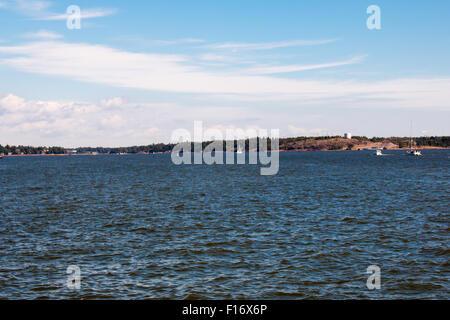 Archipel in Helsinki Küste. Sonniger Tag und tiefblauen Himmel. - Stockfoto