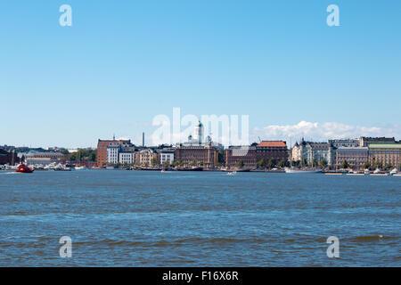 Küste von Helsinki City während der sonnigen Sommertag. Tiefblauer Himmel. - Stockfoto