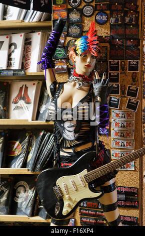 Rock Chick Modell mit Gitarre, Camden Lock Market, London; England; uk - Stockfoto