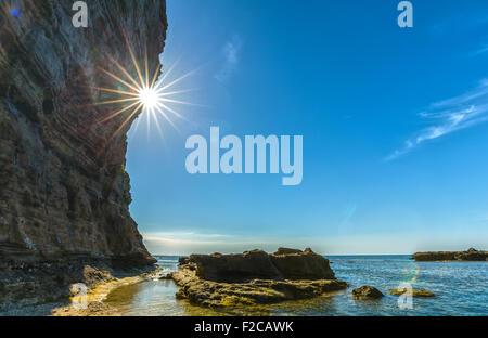 Sunstar am Nachmittag Klippe Seite Feuer - Stockfoto