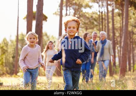 Multi-Generationen-Familie Wandern in Natur, Kinder laufen - Stockfoto