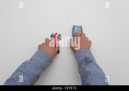 Jungen spielen mit Autos - Hände isoliert auf weißem Hintergrund - Stockfoto