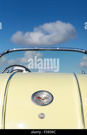 Chevrolet Corvette 1958. Amerikanische Oldtimer hinten gegen blauen Wolkenhimmel - Stockfoto