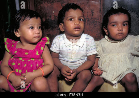 Mutter Teresa Waisen sitzen auf dem Töpfchen in den wichtigsten Waisenhauses in Kalkutta, Indien 1995 - Stockfoto