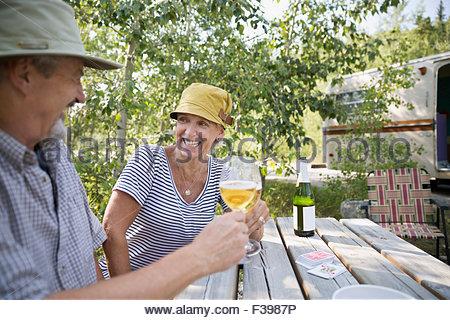 Älteres Paar, toasten Weingläser-Campingplatz-Picknick-Tisch - Stockfoto