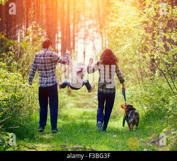 Glückliche Familie, Wandern mit Hund im Wald - Stockfoto