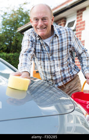 Portrait Of Senior Man Auto waschen - Stockfoto