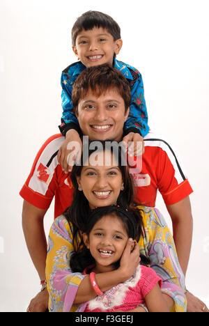 Familie Eltern mit Kindern Ehemann Ehefrau Sohn Tochter HERR Nr. 364 - Stockfoto