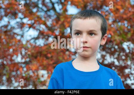 Junge Betrachtung im Freien, Porträt - Stockfoto