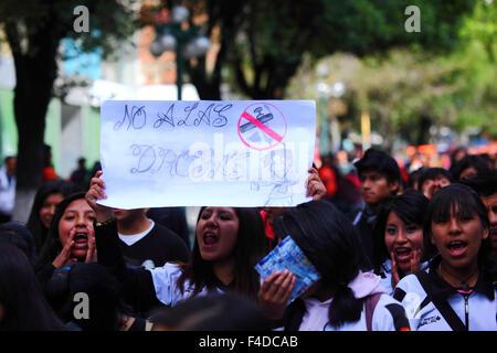"""La Paz, Bolivien, 16. Oktober 2015. Eine Studentin trägt ein Plakat sagt """"Nein zu Drogen"""" während eines Marsches - Stockfoto"""