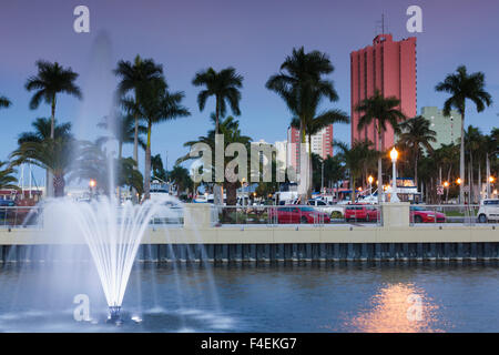 USA, Florida, Golf-Küste, Fort Myers, Innenstadt, River District, erbaut 2012, Brunnen, Sonnenuntergang. - Stockfoto