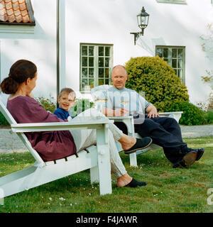 Familie in einem Garten von einem Landhaus, Schweden. - Stockfoto