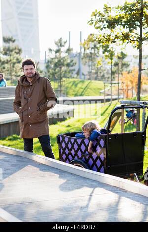 Schweden, Skane, Malmö, Vater fahren Sohn im Stadtpark (6-7) - Stockfoto