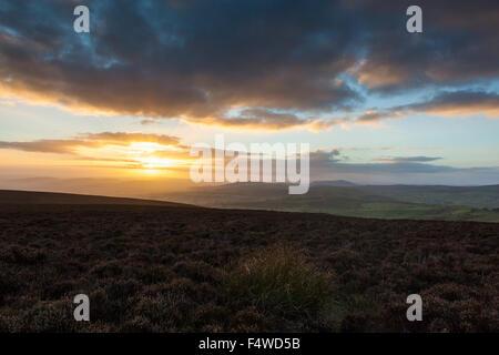 Sonnenuntergang über Mid-Wales gesehen vom Heidekraut bekleideten Plateau von Long Mynd, in der Nähe von Kirche - Stockfoto