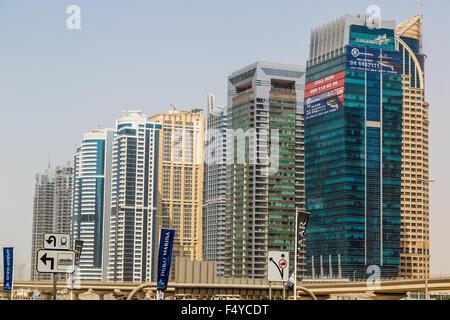 DUBAI, Vereinigte Arabische Emirate - 13 NOVEMBER: Moderne Wolkenkratzer in Dubai (Emirat und Stadt), Vereinigte - Stockfoto