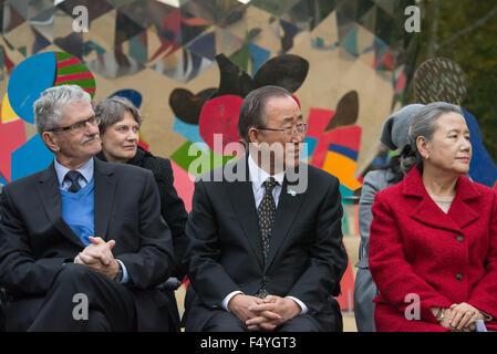 (V.l.): Mogens Lykketoft, Ban Ki-Moon und seine Frau Verbot Soon-Taek anhören einer der Redner bei der Enthüllung - Stockfoto