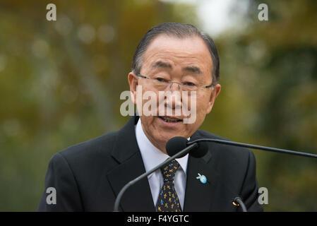 """UN-Generalsekretär Ban Ki-Moon spricht das Publikum bei der Enthüllung des Cristobal Gabarrons """"aufgeklärten Universum."""" - Stockfoto"""