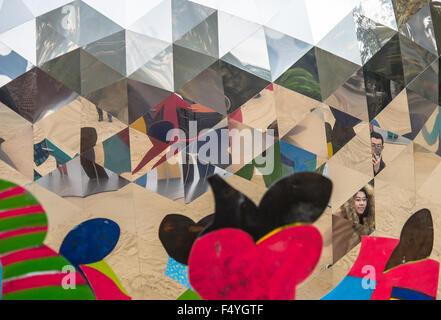 Eifrige Zuschauer der Öffnung (rechts) finden sich wider--zusammen mit plastischen Figuren Vergleich der Arbeit - Stockfoto