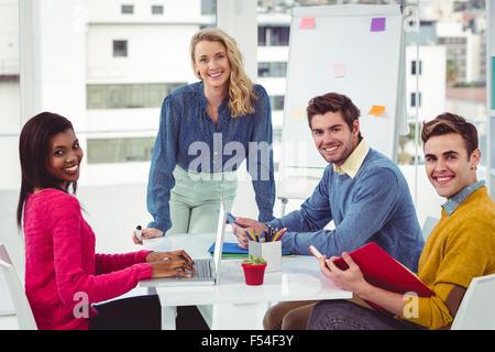 Kreative Geschäftsfrau hält einen Vortrag - Stockfoto