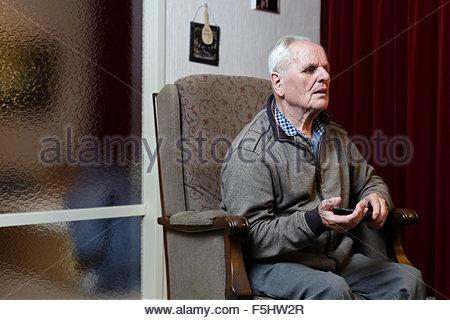 älterer Mann vor dem Fernseher - Stockfoto