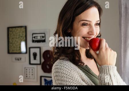 Glückliche Frau mit einem Apfel - Stockfoto