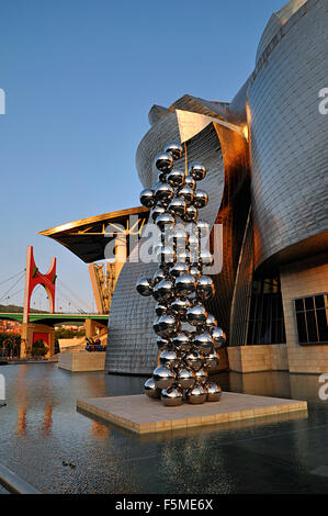 Guggenheim Museum, Abendlicht, Architekt Frank Gehry, großer Baum und The Eye von Anish Kapoor, Skulpturen, Bilbao - Stockfoto